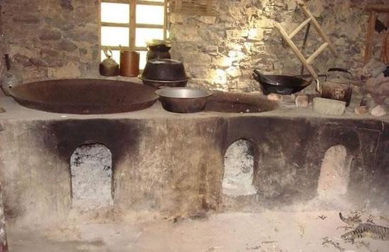 那就是旧房子里那土砌柴烧灶,熏黑的厨房,土黄的烟囱.图片