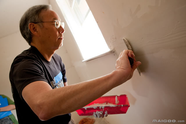 在涂抹墙壁的男人